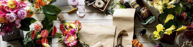 Mit unserem breiten Sortiment an dekorativen Servietten, Tischtuchprodukten und Kerzen, runden Sie Ihr Sortiment an Blumen sowie saisonalen Dekorations- und Geschenkartikeln ab. Zur Präsentation bieten wir Ihnen passende Displays entsprechend Ihrer Verkaufsfläche an.